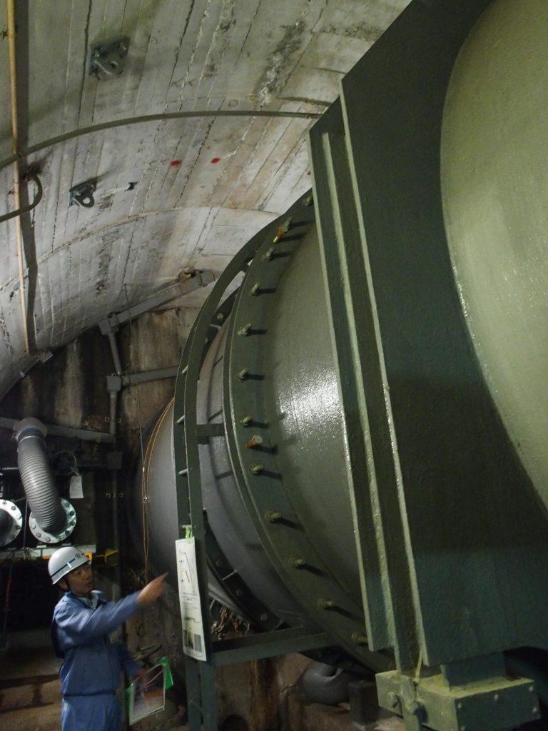 ボルトで留められた水圧鉄管の継ぎ目を見る