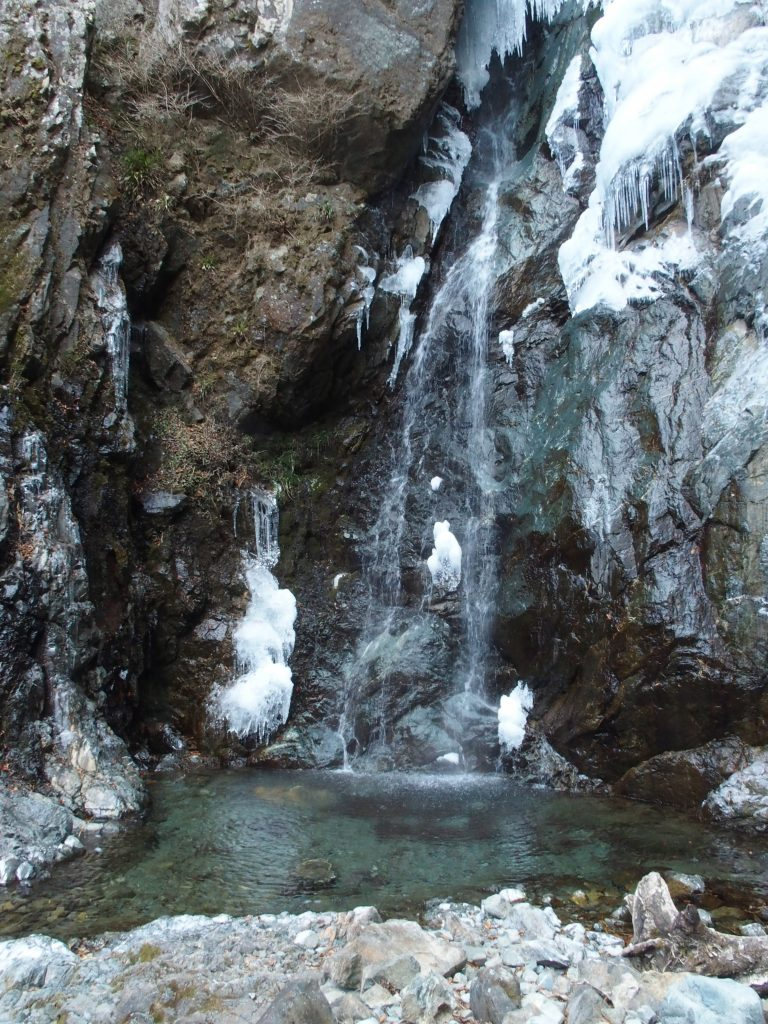滝壺は凍っていない